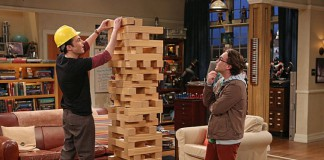 Un Jenga gigante giocato dai protagonisti di The Big Bang Theory